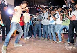Watch  Nargis  amp  Shahid     s Dhating Naach   MissMalini Shahid Kapoor at Podar College