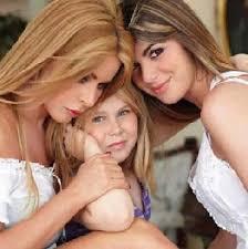 ... e per la prima volta con le sue due figlie: la piccola Jasmine, avuta da Al Bano, e Brigitta, 16 anni, nata dalle prime nozze con Fabio Cazzato. - Loredana-Lecciso1