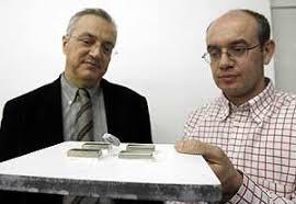 Los investigadores Xavier Obradors (izq.) y Alvar Sánchez muestran con una pieza de uno de los materiales del cable superconductor. (Foto: EFE) - 1197920454_0