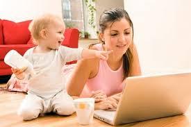 женщина работает на компьютере
