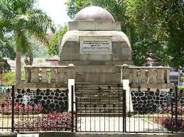 Monumen Lingga di tengah alun-alun Sumedang untuk menghormati jasa – jasa Pangeran Aria Suria Atmadja.
