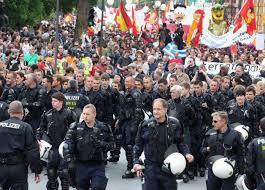 Occupy Frankfurt. La policía se quita sus cascos y marcha junto a la protesta para abrirles camino Images?q=tbn:ANd9GcQYcbpFEV2vr4Zpra1osLZjR4m9vrG3rTkRxC3H2nLYvZPdlMLs