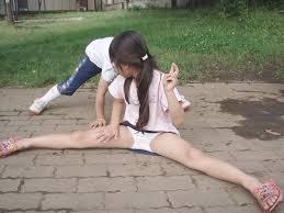 女子小学生 下着盗撮|【隙間パンチラ画像】ホットパンツ・短パンの隙間から無防備にパンチラし