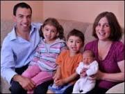 Bebê nasce na mesma data que irmãos de 3 e 5 anos