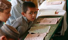 چرا هر وقت نوبت به خواندن قرآن می شود همه یا تعارف می کنند یا یه جوری خودشون را مخفی می کنند؟؟؟