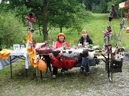 Dagmar Neumann und ihre Bekannte Mona am Stand zum Thema Filzen. Dagmar Neumann und ihre Bekannte Mona präsentieren ihre selbst gefilzten Gegenstände. - filzen
