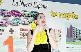 Prado Reyes, durante su actuación en el stand del periódico. j. j.. MULTIMEDIA. Fotos de la noticia. Gijón, R. NOGUEIRA Tarde de humor y copla en la Feria. - 2010-08-25_IMG_2010-08-18_02.07.06__4763175