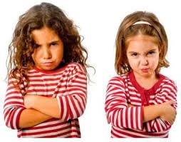 Criança com ciúmes do irmão mais novo: como lidar