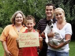 Die Familie Schilz übergibt stolz die Spende an Ute Hübner (links) von Tierschutz Europa. Foto: sonje schwennsen. MARCH. Joshua-Lennard Schilz gewann in ... - 18945165