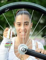 Tania Calvo llega «muy satisfecha» a casa. Tania Calvo posa con la medalla conseguida. :: IOSU ONANDIA - 6221287