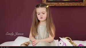 Menina de 3 anos emociona fazendo boa ação