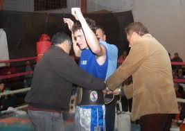 Marco Veronesi expone el cinturón de la categoría Welter dentro de ... - boxeo-marco-veronesi
