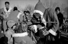 Bruno Pommaret pratiquant en ski nautique, déguisé en Père-Noël distribuant des bonbons à des enfants, un jour de démonstration du Yacht Motor Club ... - 80018
