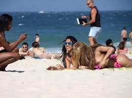 Ao fazer topless, funkeira paga peitinho na praia - Foto 7 - Música - R7