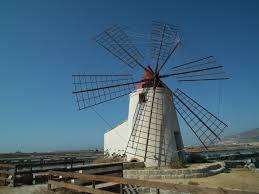 un mulino a vento restaurato lungo la via del sale