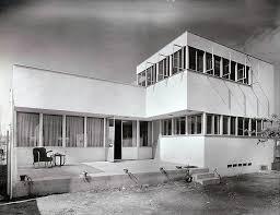 A Genealogy of Los Angeles Futures   Case Study House      Es probablemente la casa m  s ic  nica del programa de las Case Study Houses  Emplazada en una colina sobre Los   ngeles  se organiza en forma de una L que