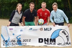 v.l.n.r.: Birgit Gantner (SHVV), Florian Huth und Nils Rohde (Team der Uni Kiel), Bernd Lange (Uni Kiel). Foto: Denis Schimmelpfennig (CAU) - DHM_Beachvolleyball_Vorbericht