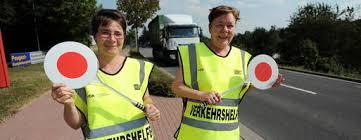 Sandra Schneider und Elke Diehm werden in zwei Wochen dafür sorgen, dass Schüler die Hospitalstraße in Sondershausen sicher überqueren können. - 0063146C_B6E24AE7DECE3DFEF1ECAAC8722FFFA9