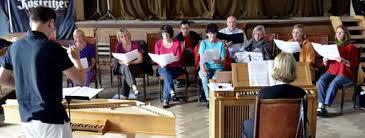 Hier die Chrogruppe unter Leitung des Geraers Benjamin Stielau (links), begleitet an der Orgel von der Ungarin Bernadett Meszaro. - 0050B792_895ADD79C7BFC7480A3B41423229B1B1