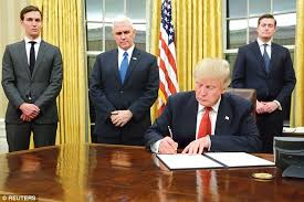 trump desk donald trump makes changes in the oval office daily mail online