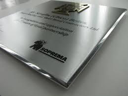 aluminium poli miroir plaque commémorative aluminium et laiton soprema gravure