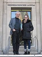 Heinrich Aller MdL und Jasmina Stosic vor dem Landtag. 02. November 2012. Warning: include(/_inc09/news_topline.inc) [function.include]: failed to open ... - 121102_praktikum_stosic_cnmi_thumb