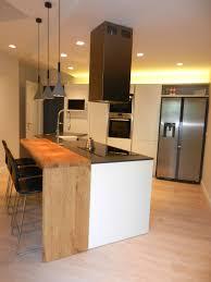 grande cucina moderna con piano snack in legno massello vedi