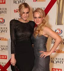 Preistr\u0026amp;auml;gerin Mirjam Weichselbraun brachte ihre Zwillingsschwester Melanie Binder mit in die Wiener Hofburg nächstes Bild vorheriges Bild - 43374ecc8d7d2bb08689bbc08a4e6ec3