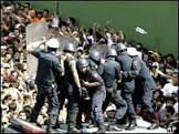 Estudantes e policiais voltam a se enfrentar na Venezuela