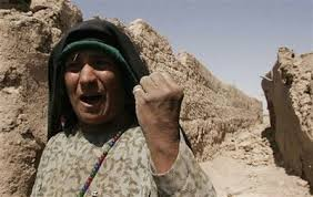 afghan_woman_holds_fist.jpe