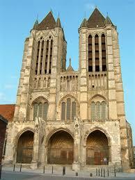 http://t1.gstatic.com/images?q=tbn:TnJNMgQu6E3uIM:http://www.picardieweb.com/upload/cathedrale-gothique-noyon-230807.jpg