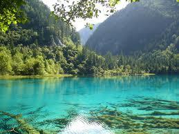 عکس دریاچه در بین کوه