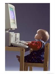 bimbo al pc Giovani, sette ore al giorno con Internet, Tv e cellulare