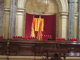 Sala de plens del Parlament de Catalunya amb les banderes catalana i espanyola