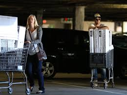 Bed Bath And Bey by Chris Hemsworth Goes To Bed Bath U0026 Beyond Looks Obsev