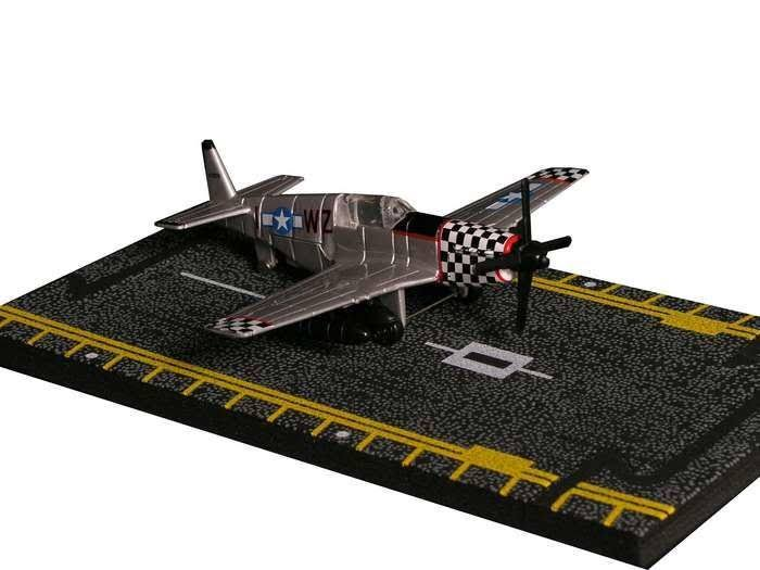Daron Worldwide Trading Hot Wings P-51 Mustang Model Airplane Miniature - Silver